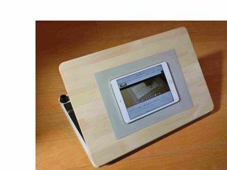 特別支援学校のICT授業で使われるiPadなどタブレットを傾斜台の上に置いてもすべらず操作が簡単に行えます。
