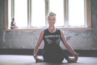 Frau in Yoga Asana Gomukhasana