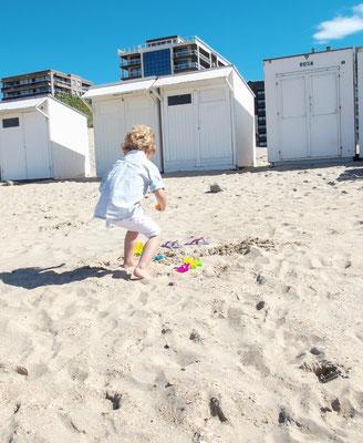 In französischer Kindermode am Strand. An der Côte de Opal und in Belgien ist dieser Stil normal