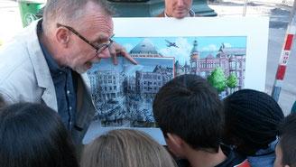 Christoph Baum zeigt den Kindern die Besonderheiten der Kö.