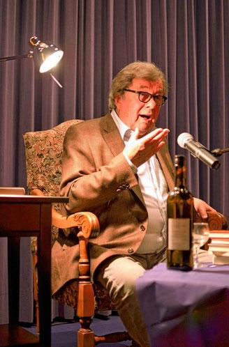 Seine Freude beim Erzählen macht dem Publikum in Biblis mindestens genauso viel Spaß wie die Witze selbst: Hellmuth Karasek in der Filminsel.