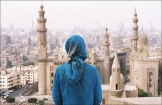 Женщина в хиджабе перед Мечетью султана Хасана и Мечетью ар-Рифаи в Каире
