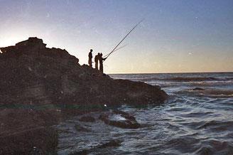 mit bis 8 m langen Angel-Ruten fischten die Burschen im Meer