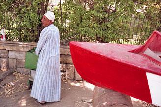 Araber arbeitet an seinem Boot