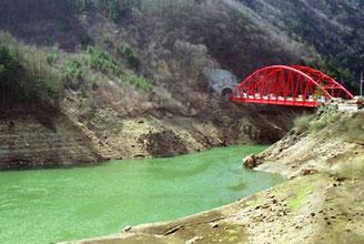 bunte Eisenbahn-Brücken führten über die vielen Stauseen