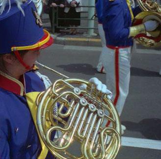 Jugend-Musikgruppen ziehen entlang der Ginza