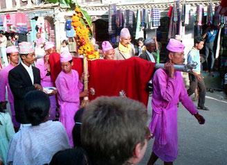 der Festzug zog zum Ufer des Rani Pokkari hinunter