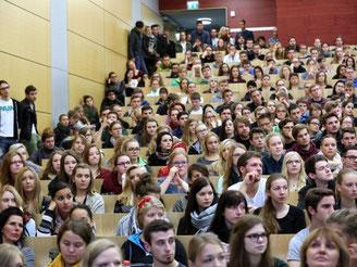 Die Hörsäle füllen sich wieder: Auf der bundesweiten Studienplatzbörse sind noch rund 1760 freie Studienplätze gelistet. Foto: Bernd Wüstneck
