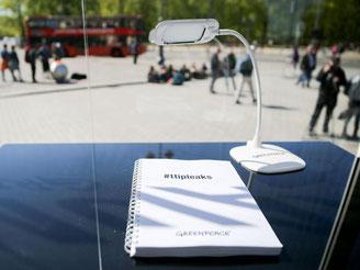 TTIP-Dokumente liegen in Berlin in einem gläsernen Leseraum von Greenpeace zur Information der Bürger aus. Foto: Kay Nietfeld