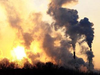 Rauchende Schornsteine: Ein Großteil des chinesischen Energiebedarfs wird durch Kohlekraftwerke gedeckt. Foto: Bei Feng/Archiv
