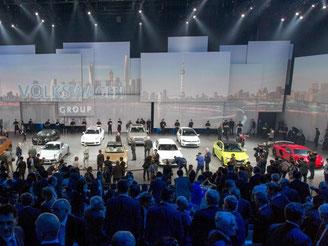 Fahrzeuge der verschiedenen Marken des VW-Konzerns stehen beim Konzernabend von Volkswagen vor der Auto Shanghai auf der Bühne. Foto: Friso Gentsch/Volkswagen/dpa