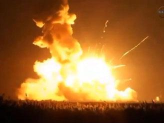 Eine Rakete mit dem unbemannten US-Raumfrachter «Cygnus» explodiert beim Start in Wallops Island im US-Bundestaat Virginia. Foto: NASA TV/EPA