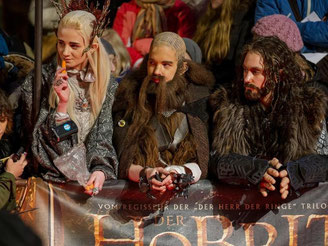 Kostümierte Fans bei der Premiere des Films «Der Hobbit: Smaugs Einöde».2013 in Berlin. Foto: Hannibal
