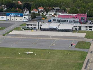 Blick auf das Flugvorfeld, die Abfertigungshalle und den Tower des Mannheimer Flughafens. Der Flughafen wurde von der Pilotengewerkschaft Vereinigung Cockpit zum unsichersten in ganz Deutschland gekürt. Foto: Uwe Anspach/Archiv