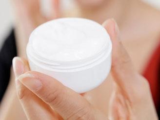 Nanopartikel sollen zum Beispiel dafür sorgen, dass die Pflegestoffe in der Creme besser in die Haut einziehen. Foto: Monique Wüstenhagen