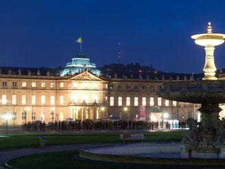 Besucher der Museumsnacht vor dem Neuen Schloss. Foto: S. Kahnert/Archiv