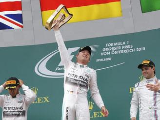 Nico Rosberg (M.) holte sich in Spielberg den Sieg vor Mercedes-Teamkolllege Lewis Hamilton (l.) und Willliams-Pilot Felipe Massa. Foto: Valdrin Xhemaj