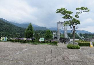 山岳研修センターから 大倉のつり橋と丹沢の山並みの遠望