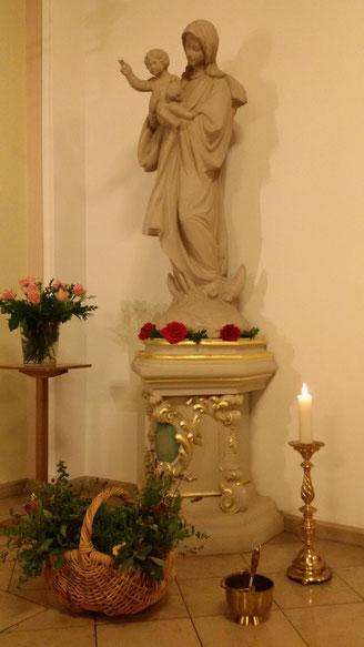 Korb mit zu segnenden Kräutern vor der Marienstatue