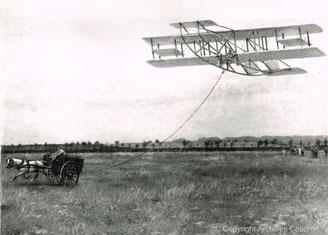 Mai 1909 - Ferme de Romiotte, 1er vol des Frères Caudron. Toile réalisée par Albert Siffait de Moncourt