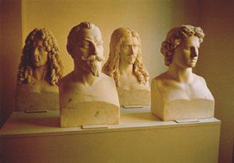 4 der 24 Marmorbüsten (v. l. n. r.: Prinz Eugen v. Savoyen, Gustav Adolf, Turenne, Alexander d. Große)