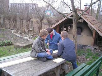 Sägen von Teilen für eine Nisthilfe (Foto: Ch. Schröder)
