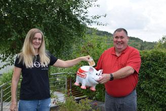 Svenja Sünnen spendet für die Bandopfer aus Merchingen