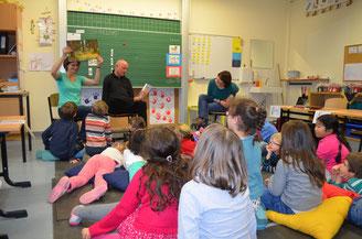Ulrich van Bebber (Mitte) liest den Kindern in der Don-Bosco-Schule einen ganzen Vormittag Geschichten vor. Unterstützt wird er dabei von den Lehrerinnen Verena Hersch (links) und Antje Rabe (rechts), die das ganze organisiert hat.