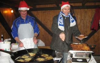 """Die """"Alten Herren"""" des SV Güllesheim können nicht nur Fußball spielen und Feste organisieren, sondern auch leckere Reibekuchenplätzchen backen. Foto: Petra Schmidt-Markoski"""