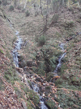 水が生まれ小さな滝となって下っていく