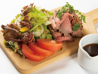 自家製ローストビーフの贅沢サラダ