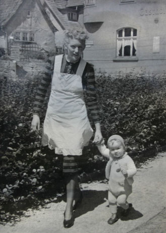 Eberhard Müller mit Mutti - Blick zum Löwen - Sammlung E. Müller, ( Ebis Mutti sieht aus wie Maria Furtwängler )