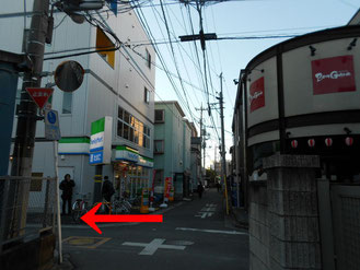 十字路、左前にファミリーマート