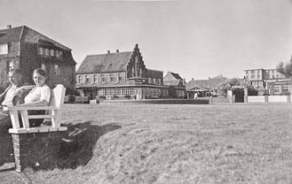 1930 Auf einer der wunderbaren alten Bänke in der Mittagssonne auf dem heutigen Kurplatz. Im Hintergrund noch ein Direktzugang zum Hotel Worch .