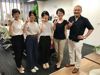 2018年7月より活動を開始した4期生中村茉由さん(中央左)。2019年3月に大学卒業と共に活動終了予定の3期生松尾 彩音さん(中央右)と4期生濱田恭子さん(中央)と共同代表長廣百合子(写真左端)、長廣遥(写真右端)と共に。
