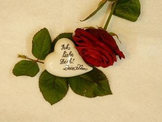 Rote Rosen und Kalligrafieschrift: eine unschlagbare Kombi!