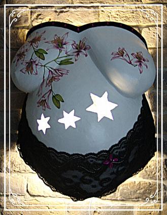 München Gipsabdruck als Wandlampe gestaltet Sterne schwarze Spitze Blumen Serviettentechnik individuelle Gestaltung verschönert mit Posamentenborte und Glitzersteinen