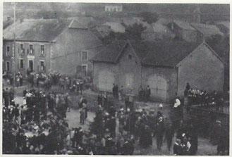 Geräteschuppen des landschaftlichen Lokalverein wo im linken Teil, zum damaligenn Café Loschetter hin, 18 Jahre lang die Feuerwehrgeräte untergebracht waren. 1951 wurde der Schuppen abgerissen.     Foto von +- 1920 (Danke Famill Tockert)