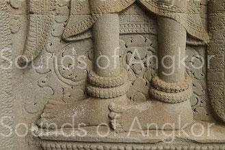 Bracelets de cheville à rangées multiples de grelots. Angkor Vat. XIIe s.