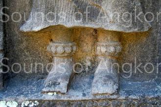 Bracelets de cheville à une rangée de grelots sphériques. Baphuon. XIe s.