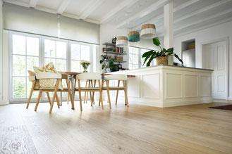 Holzdielen in einer Küche auf Gipsfaserplatten