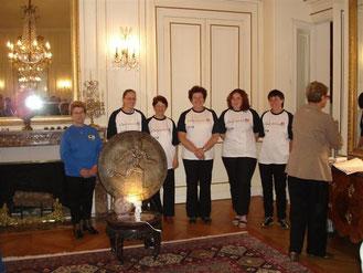 """Remise du trophée """"jeunesse et sport"""" du Loiret à l'équipe féminine départementale, championne de France de tir 3D en 2007"""