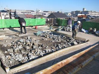 【工事中の様子】コンクリートを壊しています