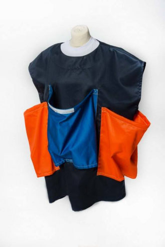 Im Evakuierungsfall kann der BABY MOVER© wie ein T-Shirt mit großen Hals- und Armausschnitten blitzschnell angezogen und zum Tragen von bis zu drei Kindern verwendet werden.