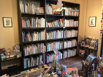 貝の小鳥の本棚と展示作品とおもちゃ