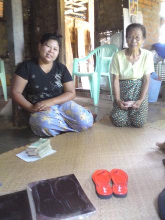 Cette femme a bénéficié d'un microcrédit de 140 €   pour monter un petit négoce de fabrication de tongues.