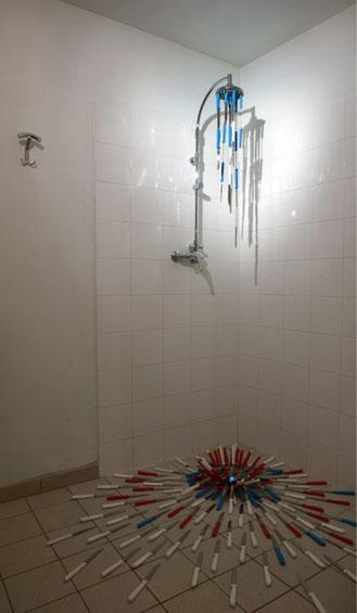 Psychose  2013  éléments de douche et couteaux - films  d'Alfred Hitchock installation