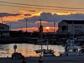 漁港からの朝陽