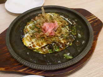 コレがミックス焼き!正直日本のお好み焼きとは別物です。 注文して1分で到着!作り置きしてあるんですね。
