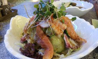 「海鮮サラダ」。個人的にはキュウリが多すぎ~!でちょっと辛かったです。